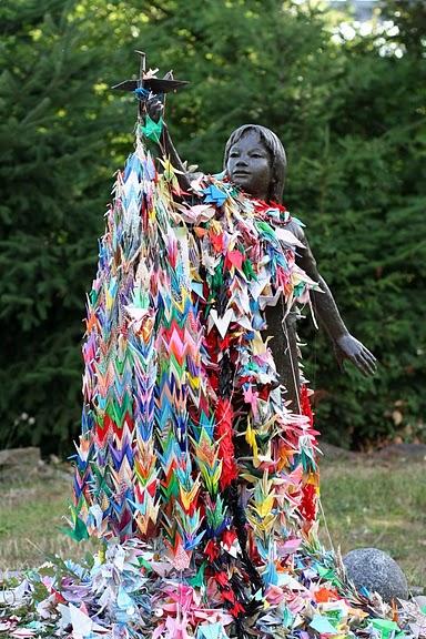 1000 bangau kertas lambang perdamaian